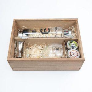 Estuche regalo de ginebra Mascaró para los amantes del gintonic, con ginebra Mascaró 9, copa, medidor cuchara imperial y botánicos.