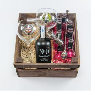 Pack regalo de gintonic con ginebra numero cero y tónica original berries, con dos copas de balón, accesorios y botánicos para preparar gintonic