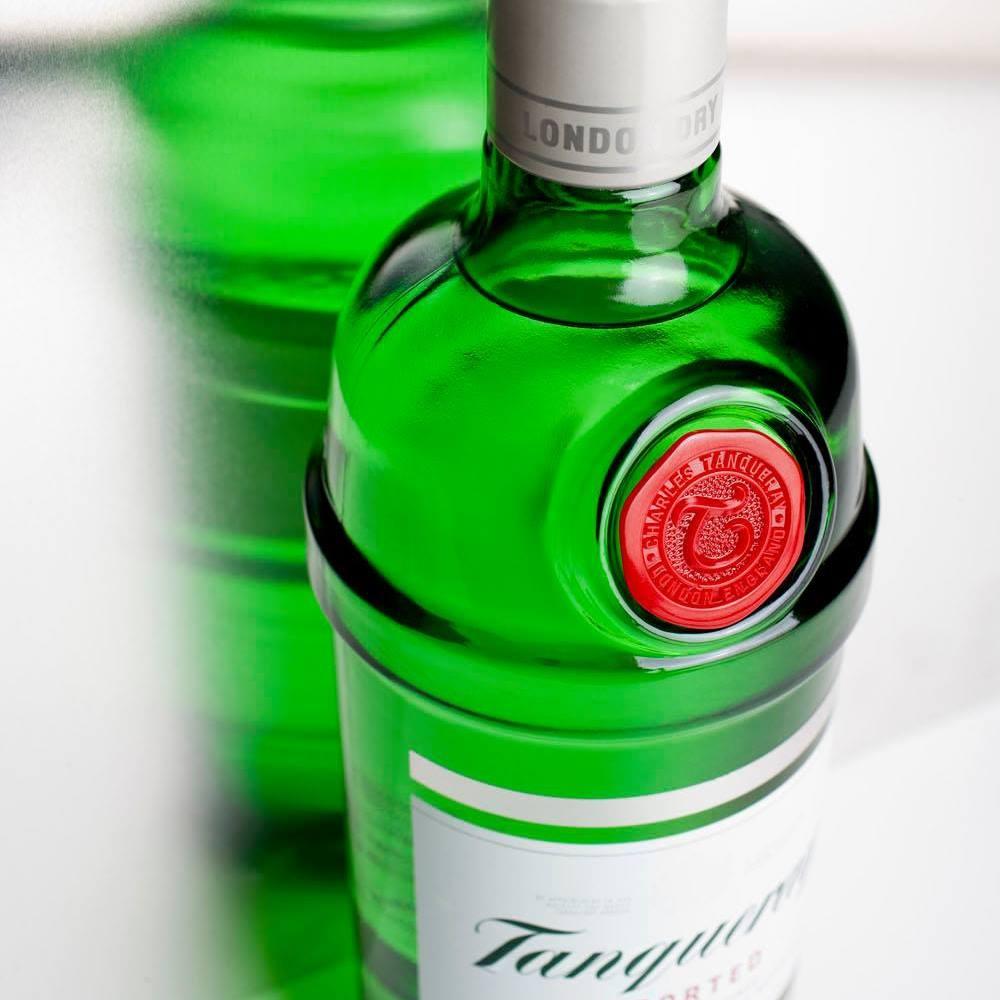 Detalle de botella de Ginebra Tanqueray en verde con sello en rojo